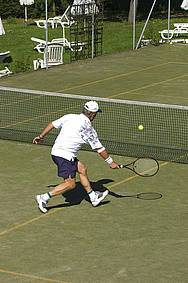 Herr in Action beim Tennismatch